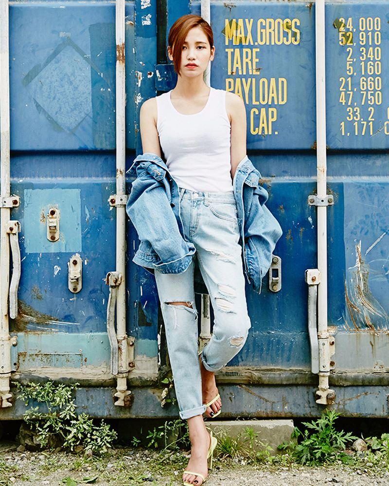 扎進牛仔褲裡的緊身背心,捲起的褲腳,外搭的牛仔外套,整體上營造出一種酷酷的感覺,但腳上的一字帶高跟鞋又讓人感受到了非常女性化一面..cool girl~
