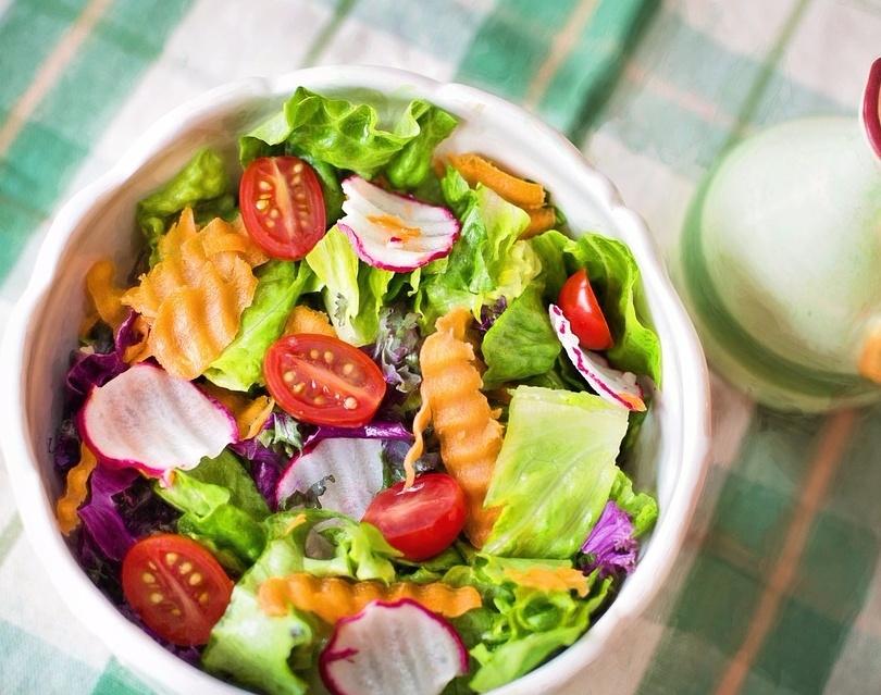 # 從蔬菜開始吃 從富含纖維質的食物開始吃可以減緩想吸收高油脂食物的慾望,燙青菜或是生菜沙拉都可以!