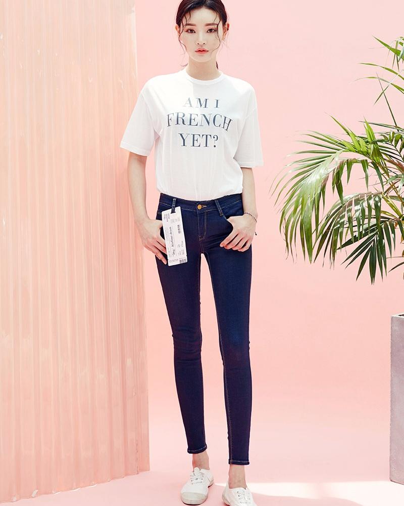 T恤 X 牛仔褲 T恤跟牛仔褲是我們日常穿搭中最常見的一對組合,簡單地把T恤扎進褲腰就可完成搭配,根本不用費心思!