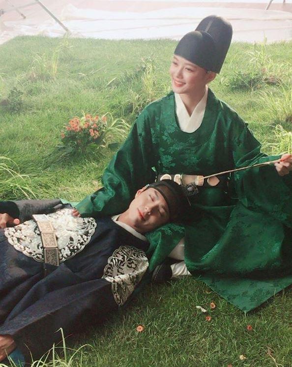 然而當初在《請回答1988》中,飾演崔澤一角的朴寶劍,最近和金裕貞攜手岀演《雲畫的月光》!《雲畫的月光》主要在講述朝鮮第23代君主純祖的長子孝明世子(朴寶劍飾),和女扮男裝的女性問題諮詢專家洪羅溫(金裕貞飾)兩人的宮中羅曼史。