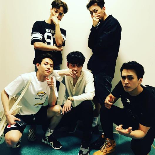 尹斗俊表示:「 因為非常喜歡團體活動,所以沒有對solo的野心和渴望,我本來的夢想就是偶像歌手,8年間一直很滿足於這個夢想。」