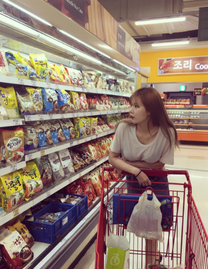 看泫雅的IG就知道了,真的超多逛超市的照片。