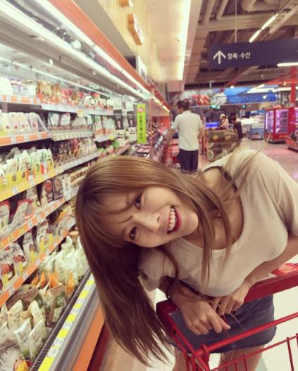 除了會在IG上分享美食和旅行的照片,私下的泫雅還有一個很「阿糾媽 」的愛好,就是逛超市!