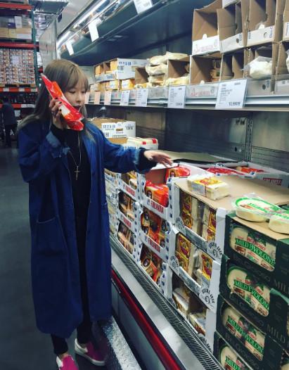 其實泫雅早在出演《拜託了冰箱》時,就在節目上公開表示「平時我的興趣就是去逛超市,只要有空都會去逛逛。所以當我上廣播節目時,常常收到很多聽眾留言說在超市遇見我。」