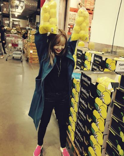雙手提著兩大袋檸檬的泫雅~~也太可愛了吧~~