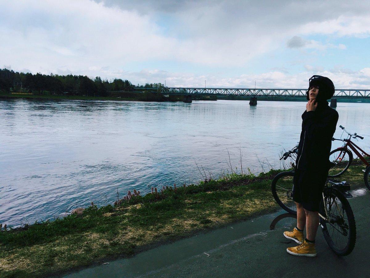 就像是了不起的腳踏車廣告一樣 #國兒生日快樂 #是SUGA哥啊 #20歲_生日照片_就用帥氣照