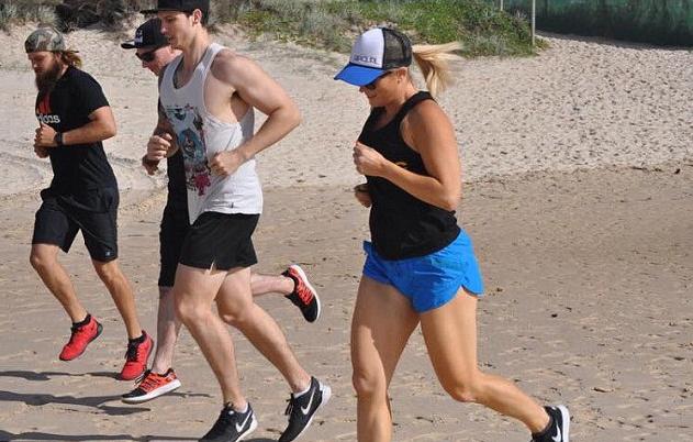 每天1小時的野外慢跑鍛煉體力,從第6週開始進入健身房運動...