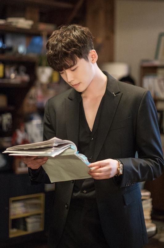 姜哲還用了秀峰的名義,辦了門號跟妍珠聯絡,然而大家還記得劇中出現了姜哲電話號碼的畫面嗎?