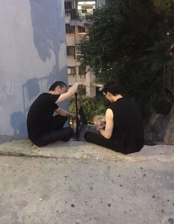 另外李鍾碩還上傳了一張和黑衣人喝咖啡的照片(笑)讓劇迷在底下留言「不行!!!要小心啊ㅋㅋㅋㅋㅋ」