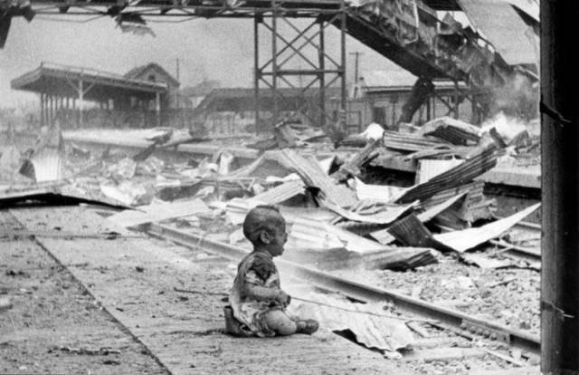 1937年 上海轟炸後獨自坐在廢墟中痛苦的小孩
