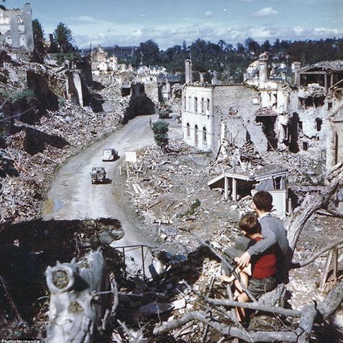 1944年 諾曼第登陸戰後,在悲慘的法國小鎮St.Lo,注視著美軍的少年