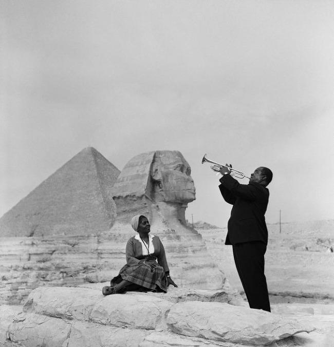 1961年 在獅身人面像前為妻子演奏的路易·阿姆斯壯