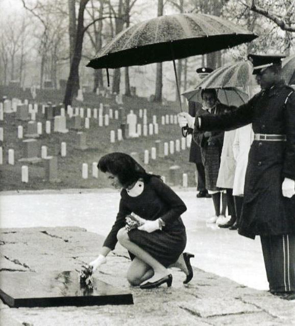 1967年3月16日,約翰·F·甘迺迪的夫人賈桂琳·甘迺迪在阿靈頓國家公墓的甘迺迪墓碑前獻花