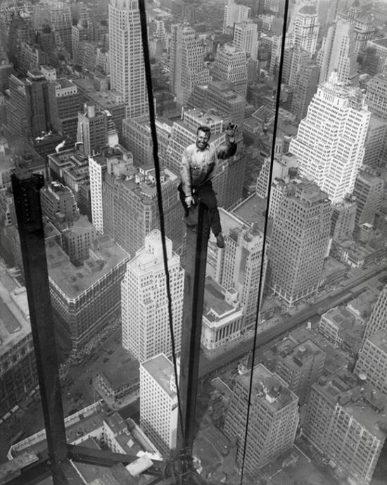 1930年 坐在帝國大廈上揮著手的鋼鐵工人 Carl Russell 離地面約400m