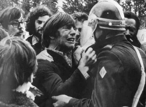 1972年 示威者跟警察對峙中