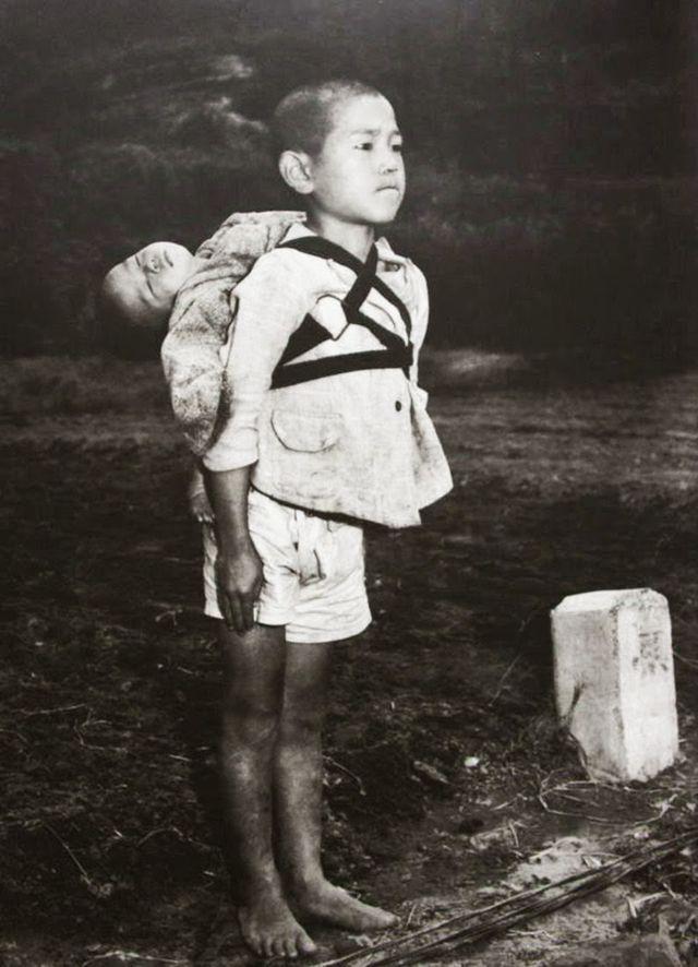 1945年 一名日本少年背著過世的弟弟徒步去火葬場
