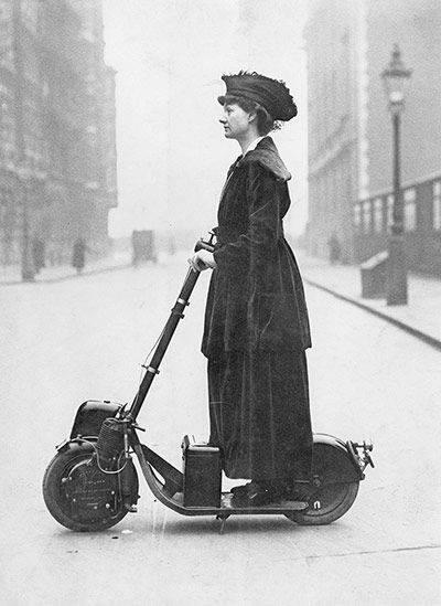 1916年 使用電動車的女性