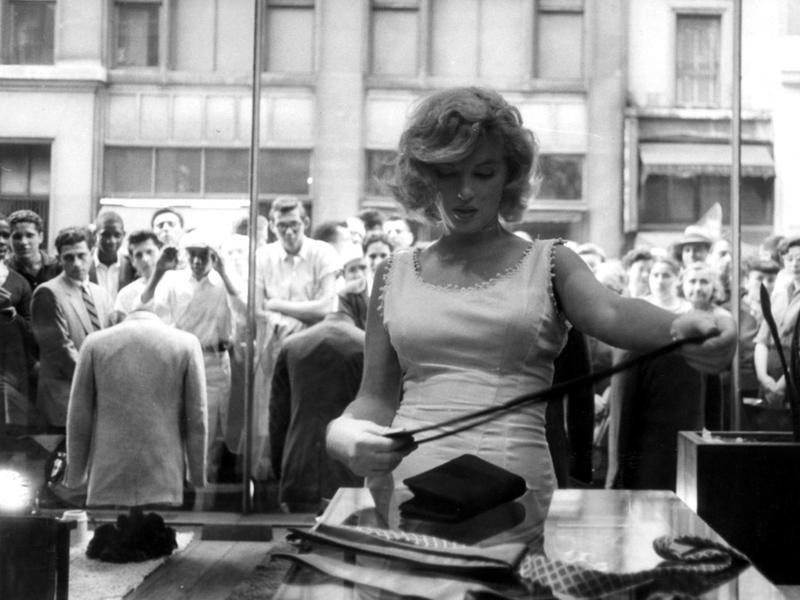 1957年 在眾多粉絲的注視下享受購物時光的瑪麗蓮·夢露
