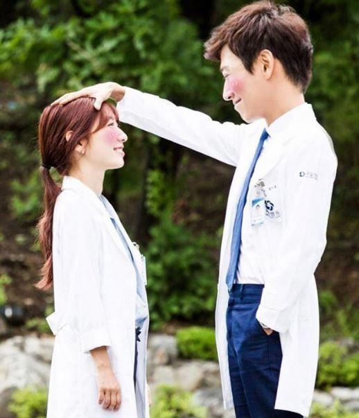 重遇後對朴信惠說的第一句話居然是「你結婚了嗎?」,朴信惠回答沒有結婚之後,還接著問:「有愛人了嗎?」