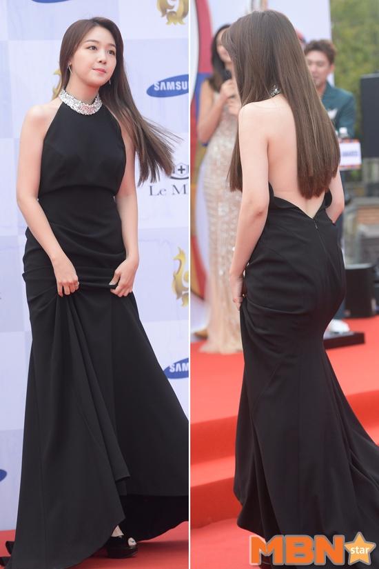 珉雅也是整個大露背!!!! 好想把頭髮撥開~~~我想看雪白的背啦~~!!!