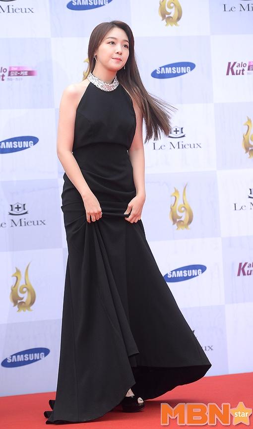 成員珉雅則是以一身黑色禮服出席頒獎典禮.... 粉絲們!!!!讓我聽到妳們的尖叫聲,這次是長裙阿~~!!!!!