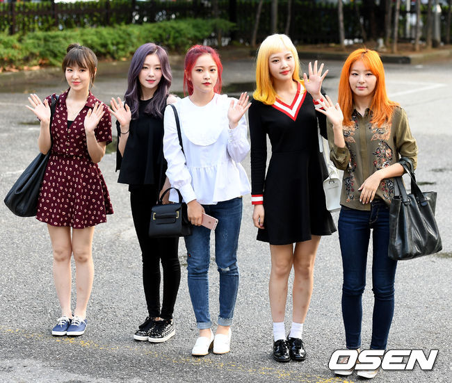 8日Red Velvet全員出演了SBS綜藝節目《兩點逃出Cultwo Show》,隊長Irene被DJ問道「聽說你經常對成員們有skin ship,是拍屁股嗎? 」