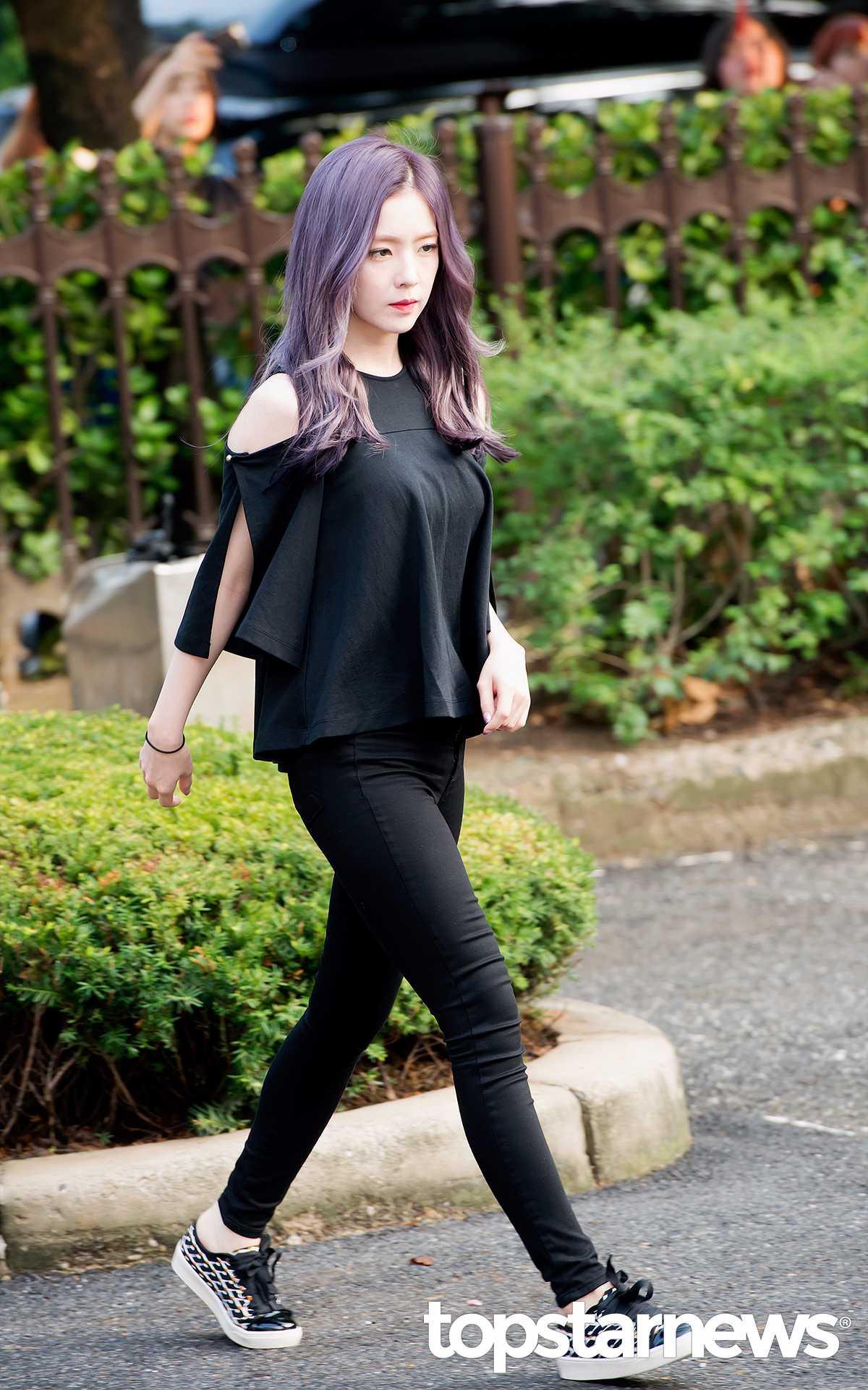 9日早上,Irene在去參加音樂銀行綵排的路上被媒體拍到,女神般的美貌再次震驚到了媒體,看到的網友也留言稱讚Irene是「喚醒早上的美貌 」。