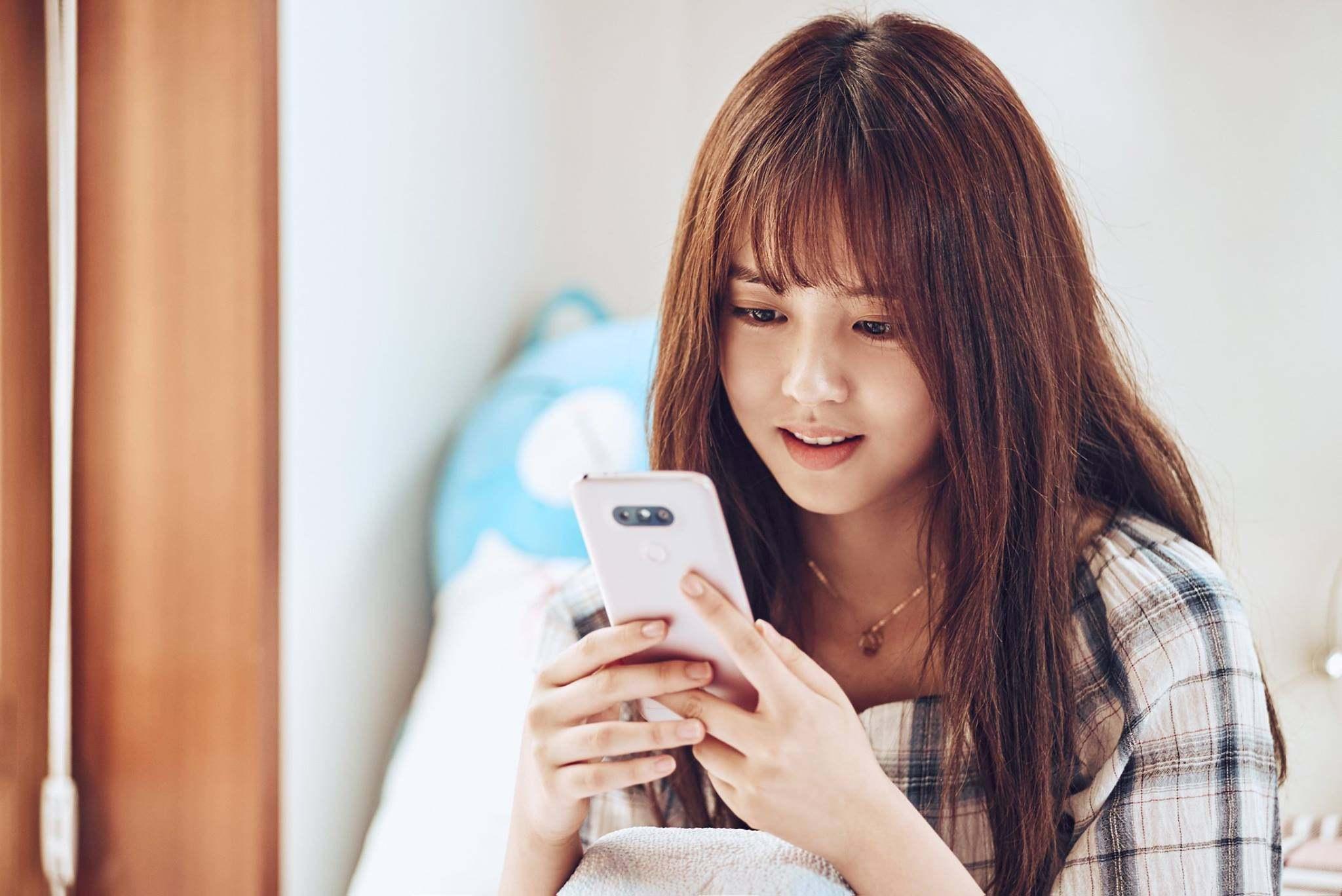 通常熱戀中的情侶 一定是手機不離身~而所炫也表示「時間到了自然會談戀愛」 讓許多粉絲忍不住想大喊「時間暫停吧!」  大家覺得所炫如果真的交男朋友,會是什麼樣類型的男生呢?