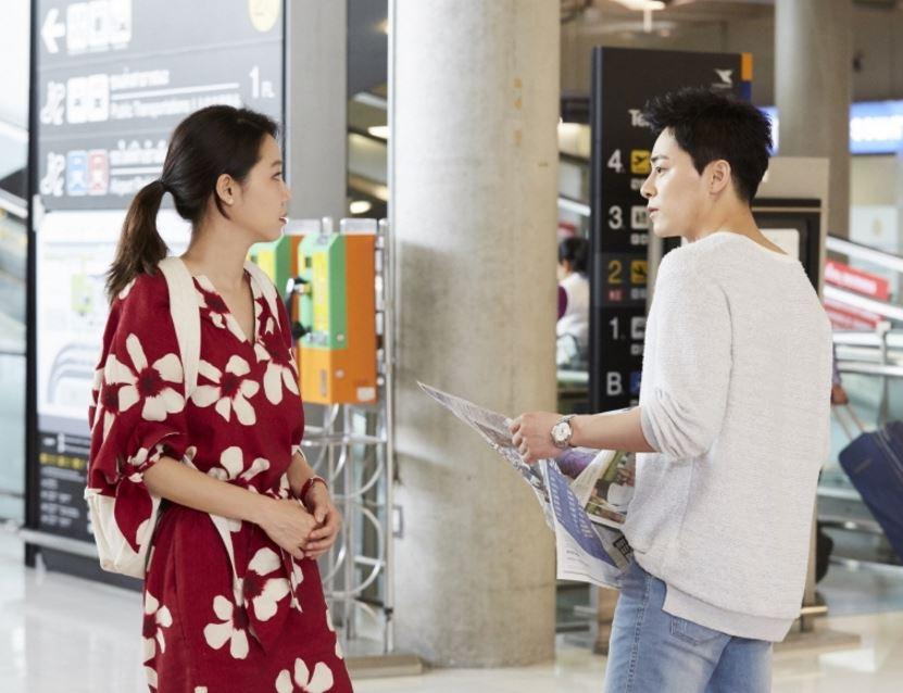 韓國記者最後則提到韓孝周和曹政奭兩人的共同點,表示兩人在電視劇和電影中都消化了多樣性的角色,保有廣泛年齡層的粉絲族群。