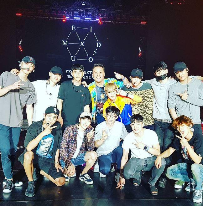 劉在錫不僅11日在曼谷的演出順利與EXO「We are one」,燦烈在上傳合照時還說劉在錫是「EXO忙內」,看來一起練習的時候真的親近了很多啊!