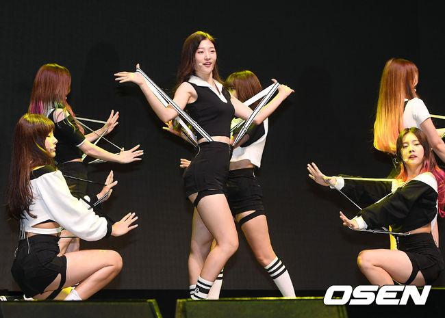 除了舞蹈外,現場中心成員彩妍的好身材也得到了韓媒的集體關注。