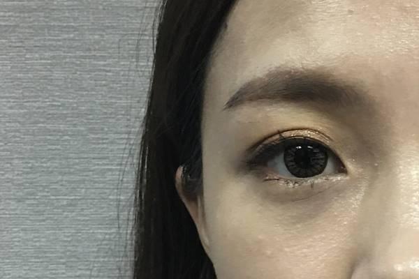 嗯...以歐膩這種黑眼圈極重的人來說....沒什麼遮瑕效果XDD 卡粉是還好啦~但就是好像完全沒塗遮瑕膏一樣..