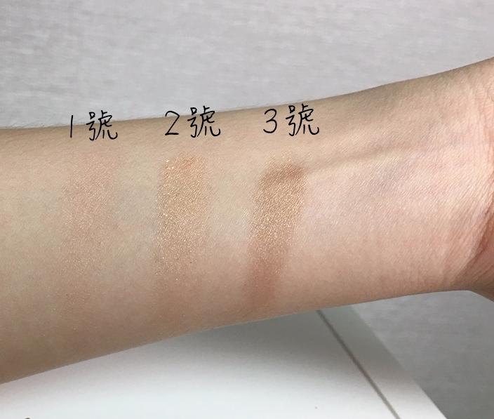 包裝失敗的眼影,來看看在手上試色結果吧! 基本上顏色都不會太重,1號是微微的淡粉色,2號是亮金色,3號是棕金色。3個顏色都是有帶亮粉的喔。