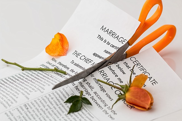 凱西說:「我們兩個都盡量不拆禮物,因為覺得如果拆了,我們的婚姻可能就失敗了」