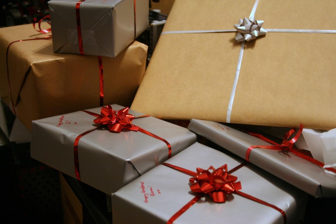 不過最近,他們體認到自己一直以來都太執著開不開禮物這件事。所以有一天,終於決定一起打開那份結婚禮物,結果發現......