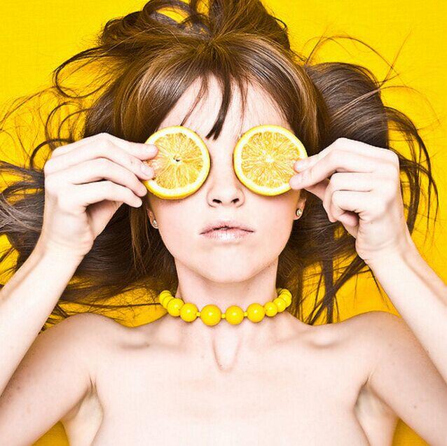 ☑ 檸檬敷眼去眼袋 5分鐘幫你恢複眼部的「平整」,快速去眼袋!!! 將檸檬放在水中浸一會,再給眼睛蓋上紗布,放上兩片檸檬等待5分鐘,再用清水沖洗即可。※使用檸檬後一定要清洗得很乾凈,否則檸檬的感光成分會造成色素沉澱哦```