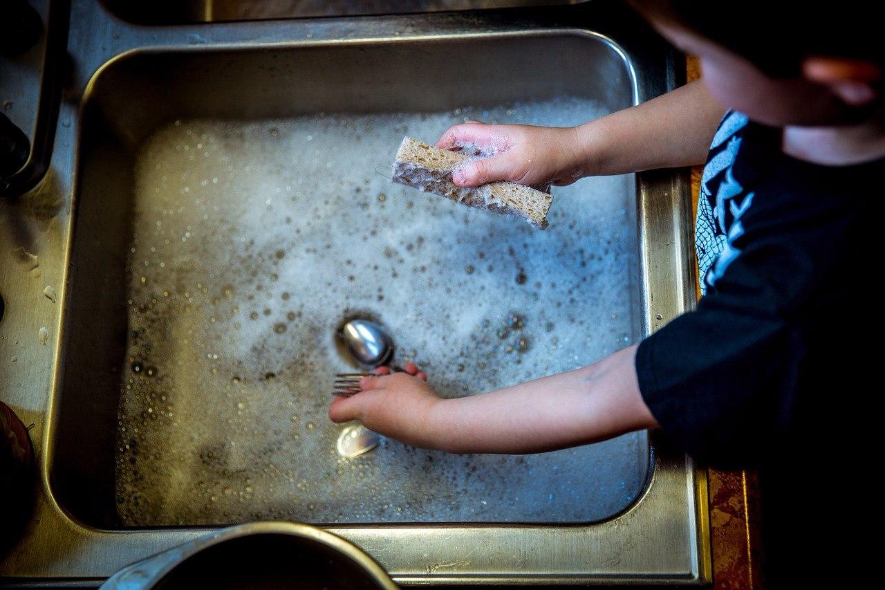 小孩獨立了、那就表示媽媽不用再幫孩子倒垃圾、打掃或是準備三餐了「你必須自己做家事」