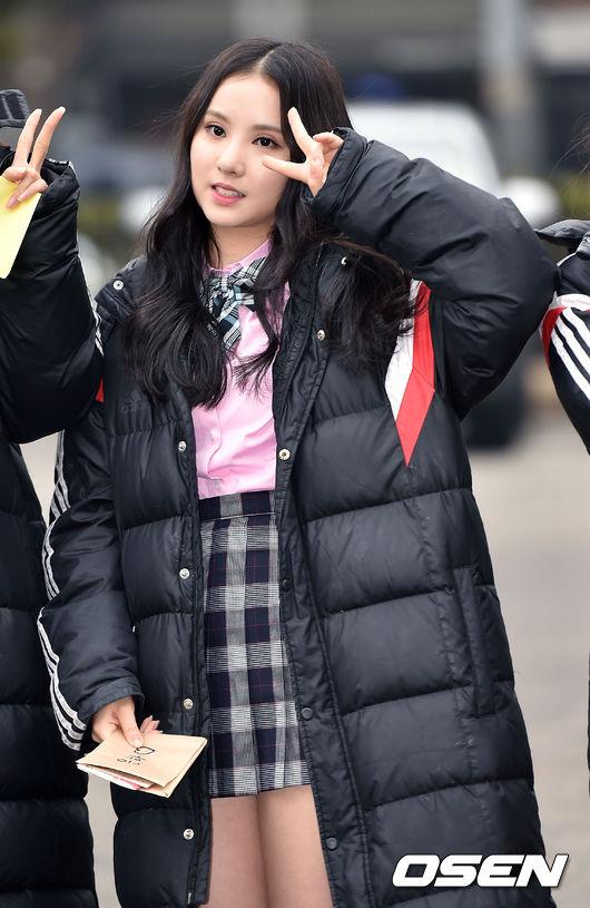 出道初期一直留著長髮中分的Eunha...