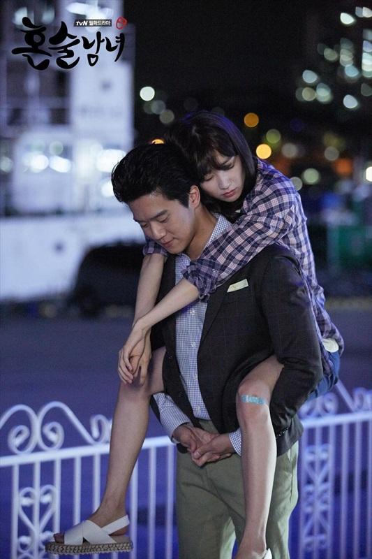 ♥《獨酒男女》 接著是同樣為tvN出品、最近熱播中的戲劇《獨酒男女》,雖然這部沒有同檔期播出的電視劇來得有話題性,但也是靠著口碑相傳,漸漸有不少觀眾也在追這部劇囉~~