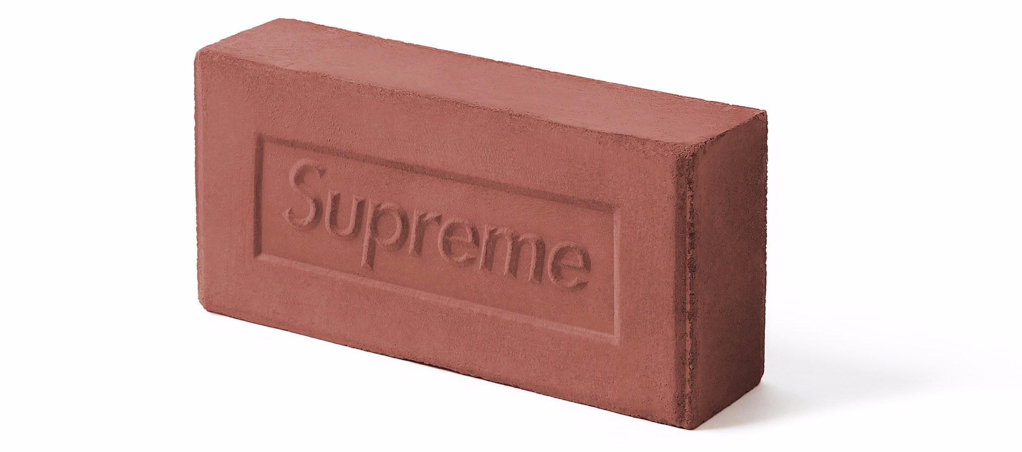 其實真的要講起來的話,這塊紅磚也不是那麼平凡,它是紐約滑板品牌Supreme設計的紅磚