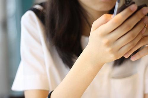 會用LINE聊天、更新部落格、玩Twitter、還會演戲,都有種錯覺以為她是真人XDDD日本人果然很強大啊!!