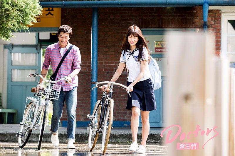 今年最危險(?)的師生間的曖昧情愫愛,讓人看了最心動又溫暖的《Doctors》最近在台灣好評播映中!今年上半年在韓國引起收視話題的《Doctors》終於在台灣也能看得到了~