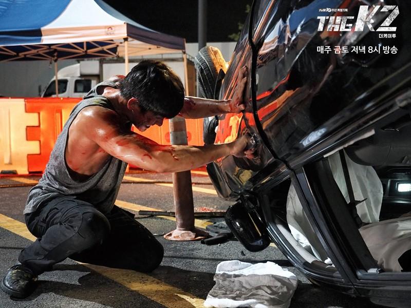 大家還記得這場戲嗎? 在第三集中,有一幕是池昌旭救出在車中的宋玧妸,並抱著宋玧妸離開車旁的戲~