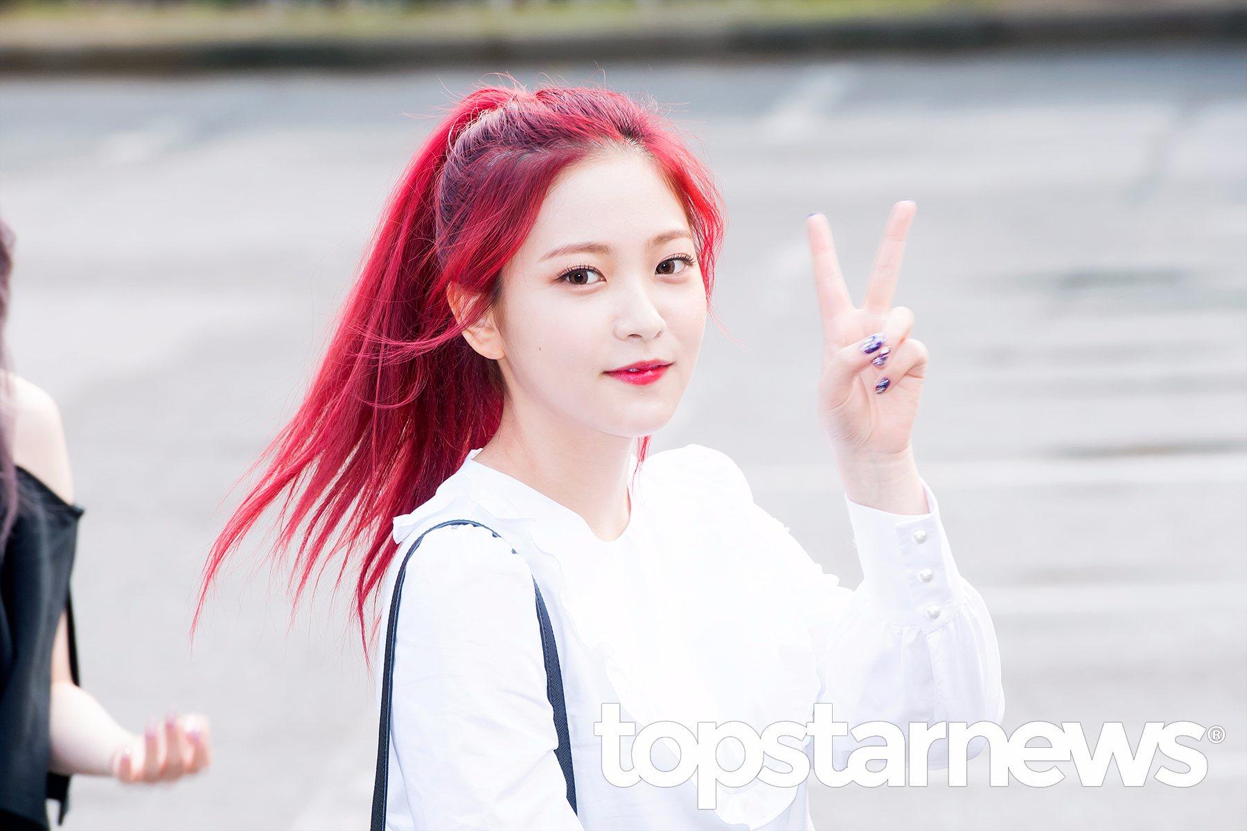 忙內Yeri這次回歸又換回了紅髮,偽少女覺得這也是最適合Yeri高冷氣質的髮色,兩邊的髮絲用來修飾臉頰。