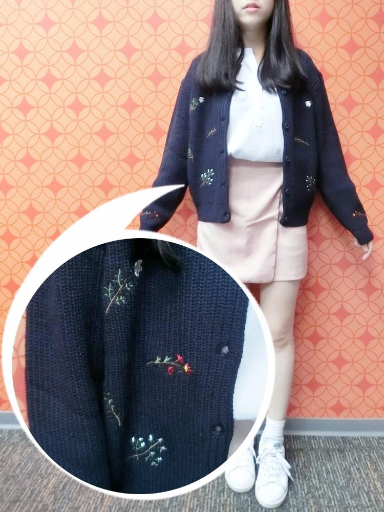 還有這件刺繡針織外套,上面的刺繡超精緻! 這件就完全沒色差~實品就是很美的深藍色~~~