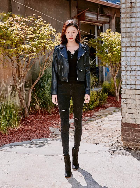①皮衣 X 褲子 緊身褲,苗條女孩衣櫃裡必備的單品,也是皮衣外套的最佳搭配伴侶。All Black的造型讓你馬上升級為氣場女王。