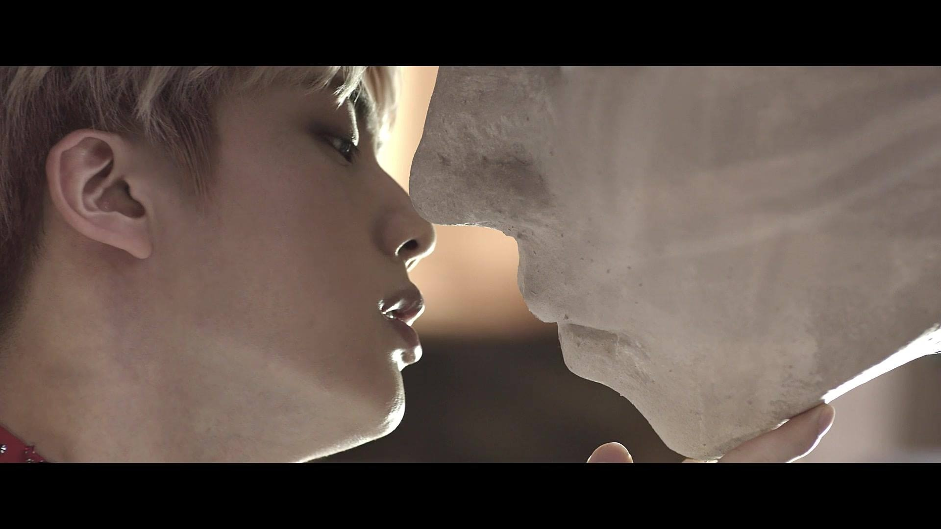 也有ARMY擔心石膏有沒有消毒後再親XDDD Jin親吻雕像那幕,也讓人想到了2011年的波蘭電影<自殺空間>,男主角同樣也親吻了男性石膏像