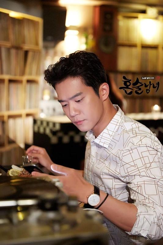 《獨酒男女》也是目前熱播中的韓劇之一,雖然陣容和劇情較不吸引年紀較輕的觀眾,但小編覺得這部越看越好看啊!可說是後勁很強的一部韓劇(?)