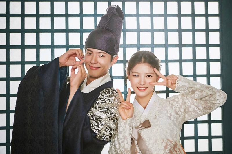 ✿TOP 1- KBS2《雲畫的月光》 話題佔有率:20.03% ➔持平 ※以19世紀的朝鮮為背景,講述朝鮮第23代君主純祖與純元王后的長子-李韺(朴寶劍飾),和一位以女扮男裝生活,因欠債被人賣去當宮中內侍的女性問題諮詢專家-洪羅溫(金裕貞飾),兩人在宮中的羅曼史。