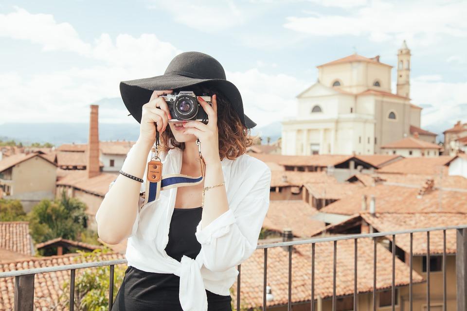輕便的數位相機、智慧型手機的普及、前鏡頭的進步等,都讓人們不再需要等著底片經過暗房成像,馬上就能在螢幕看到照片。